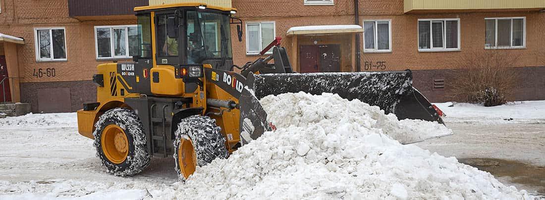 фото уборки снега во дворе